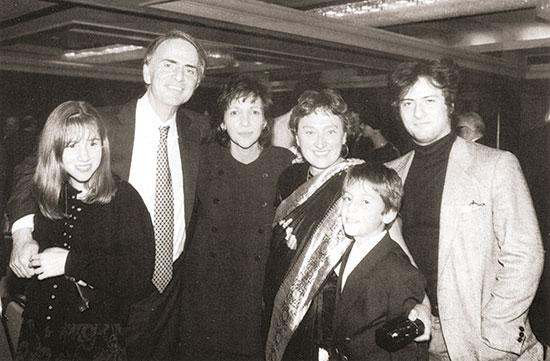 Carl Sagan acompanyat per membres de la seua família durant el simposi en el seu honor.