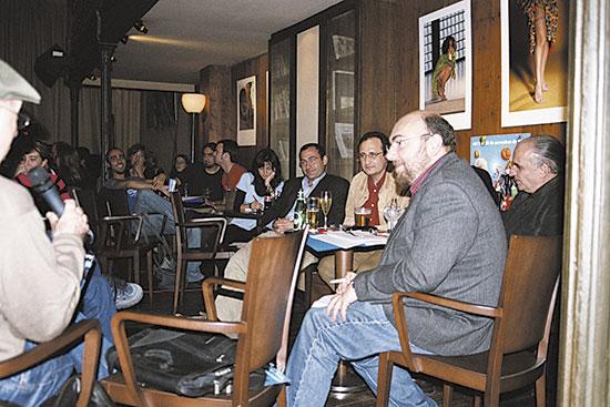 Jaume Bertranpetit, Andrés Moya, Juli Peretó i Lluís Ribas de Pouplana varen ser els científics que, moderats pel periodista Manolo Jardí, estigueren xarrant, durant dues hores, amb els assistents al bar de la ciència. Foto: E. Pastor
