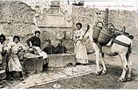 Sàries d'espart i cistelles de vímet a la font dels Algepsars d'Alcoi a l'inici del segle XX. Col·lecció Museu Arqueològic Municipal d'Alcoi Camil Visedo.