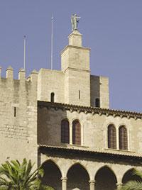 La torre de l'Àngel del palau de l'Almudaina de Ciutat de Mallorca va hostatjar l'any 1395, convidat per Pere el Cerimoniós, el laboratori de l'alquimista francès Jaume Lustrach, per aconseguir l'anomenada Obra Màxima: la transmutació del metall en or. El nou rei, Joan II, cansat de subministrar diners a qui no li'n produïa gens, el va fer empresonar en un altre dels edificis notables, el castell de Bellver.