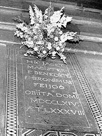 Aquí jau Fra Benito Jerónimo Feijoo, esperem que en pau, ja que al monjo li va espantar sempre l'enterrament prematur, tema al qual va dedicar diversos discursos.