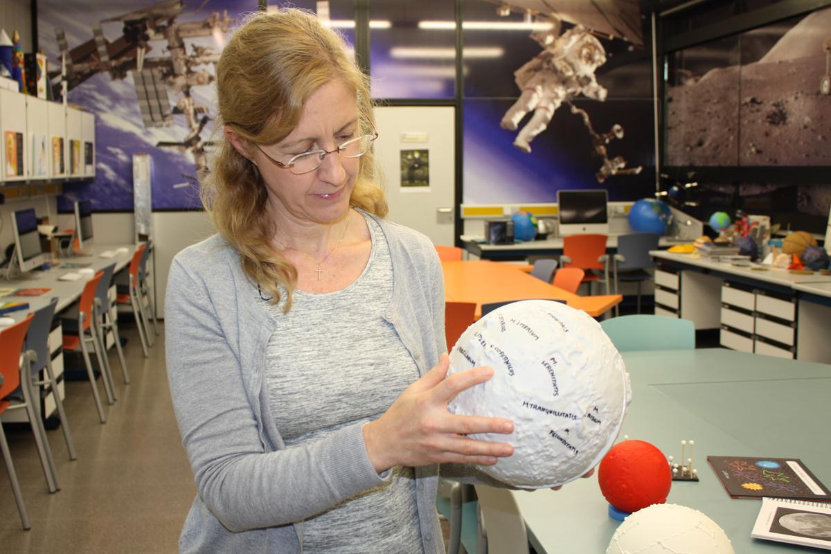 La investigadora Amelia Ortiz muestra el «astrokit»