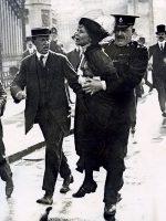 Emmeline Pankhurst (1858-1928), una de les fundadores del moviment sufragista britànic, arrestada davant del palau de Buckingham al maig de 1914 quan tractava de presentar una petició de llei davant el rei Jordi V. Mètode.